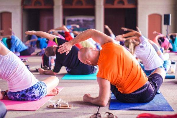 Groupe pratiquant le Yoga